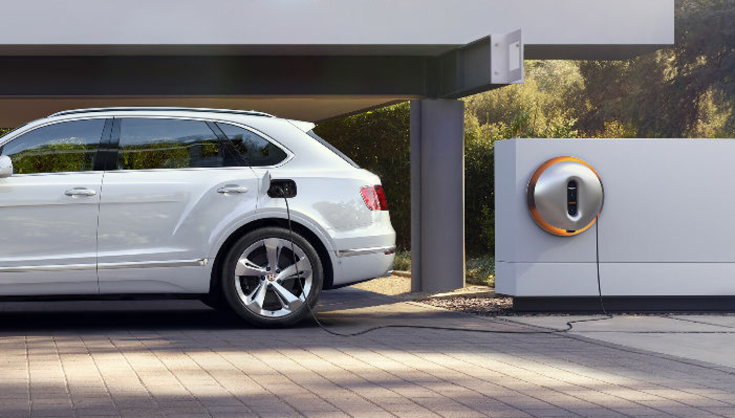 BENTLEY: Batteriet i Bentayga Hybrid kan fullades på 2,5 timer fra en eksklusiv Philippe Starck-designet vegglader.