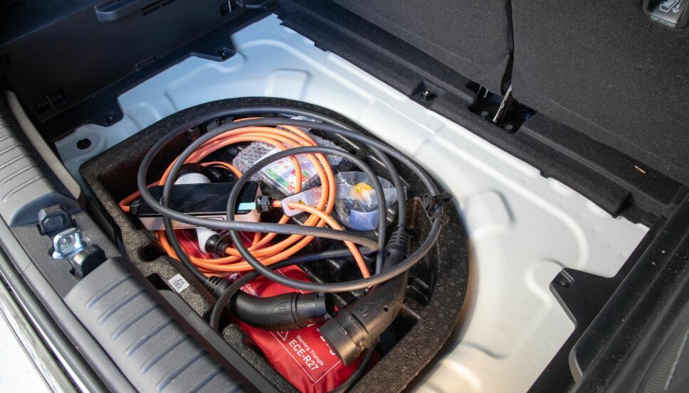 KABELPLASS: Under den løse platen i bagasjeromsgulvet er det ekstra rom. Fint for ladekablene.