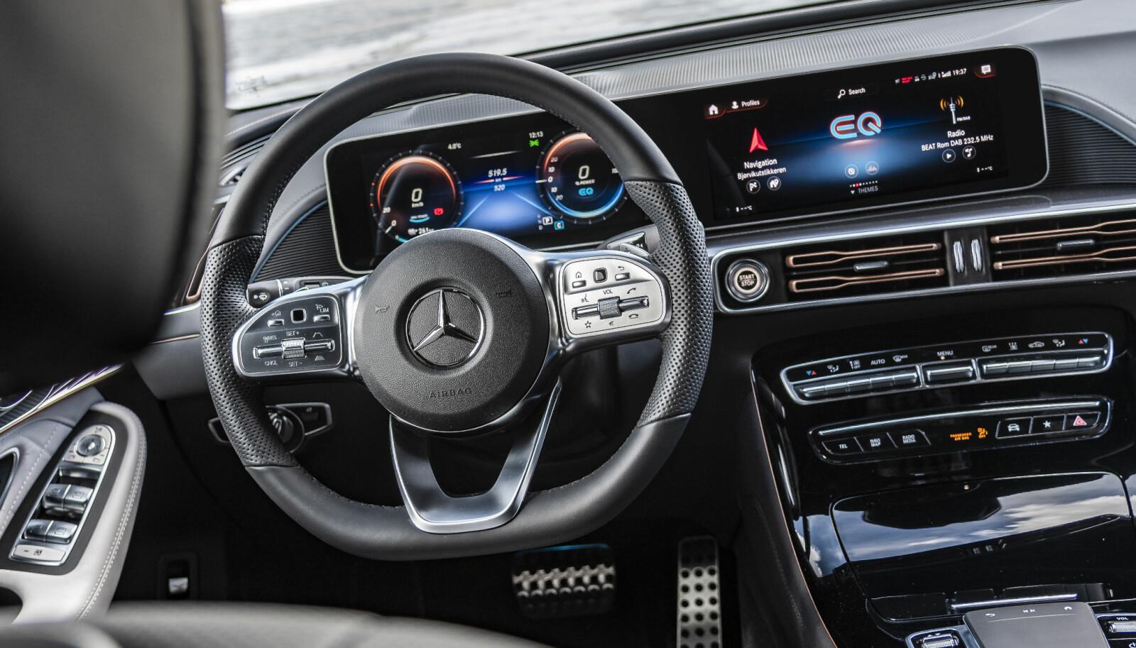 ELEGANT: På skjermen skal elbiler kjennes. I Mercedes-Benz EQC er det breddeformat som gjelder.