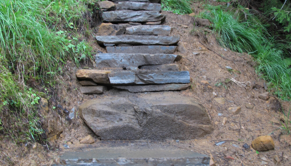<b>LURT AV STARTEN:</b> Toppturen til Saksa starter med trappetrinn som får meg til å tro at dette blir en enkel affære. Men snart forsvinner trinnene og oppturen øker i vanskelighetsgrad.