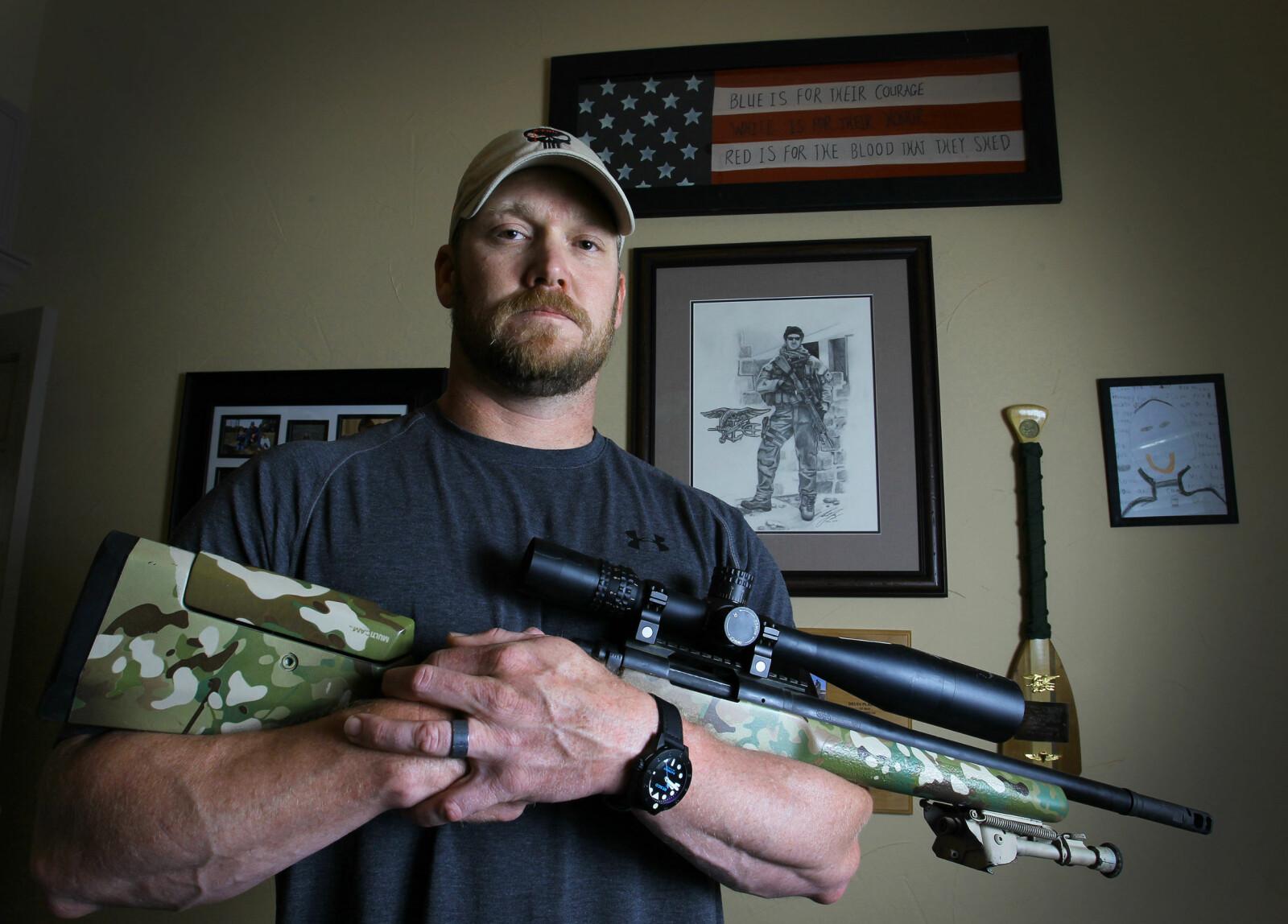 <b>LEGENDEN:</b> Chris Kyle sammen med sin .308-skarpskytterrifle. Med sine ferdigheter reddet han etter alt å dømme sværtmange amerikanske soldaters liv i det krigsherjede Irak.