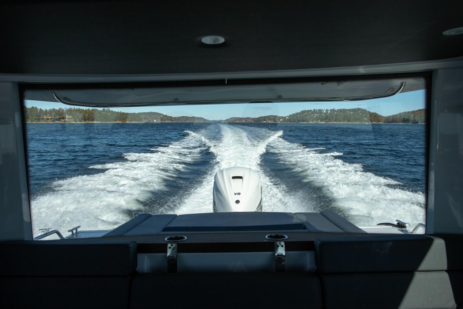<b>ROM MED UTSIKT:</b> Store vindusflater preger båten. Her med F425 XTO gjennom aktervinduet.