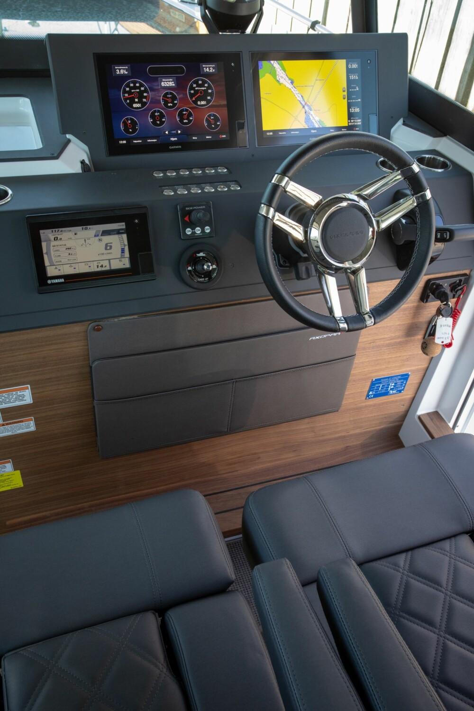 <b>MODERNE:</b> Oppsett med doble skjermer kler båten. Motorinstrument nede til venstre forteller deg alt du trenger å vite.