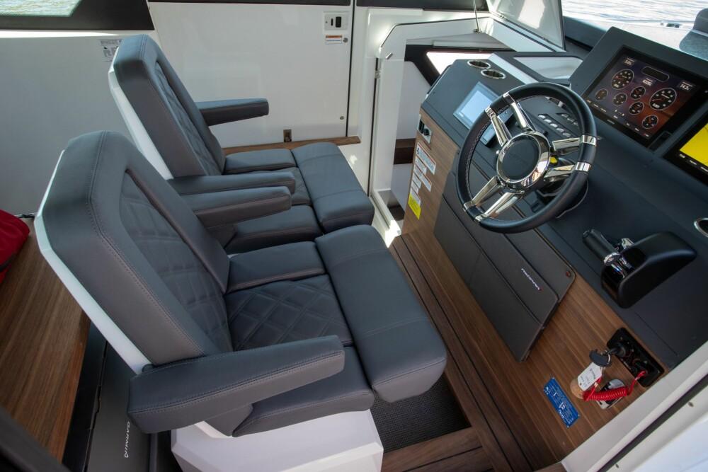 <b>FLEKSIBELT:</b> To gode stoler <br/>på førerplass som kan snus 180 grader mot spisebordet.
