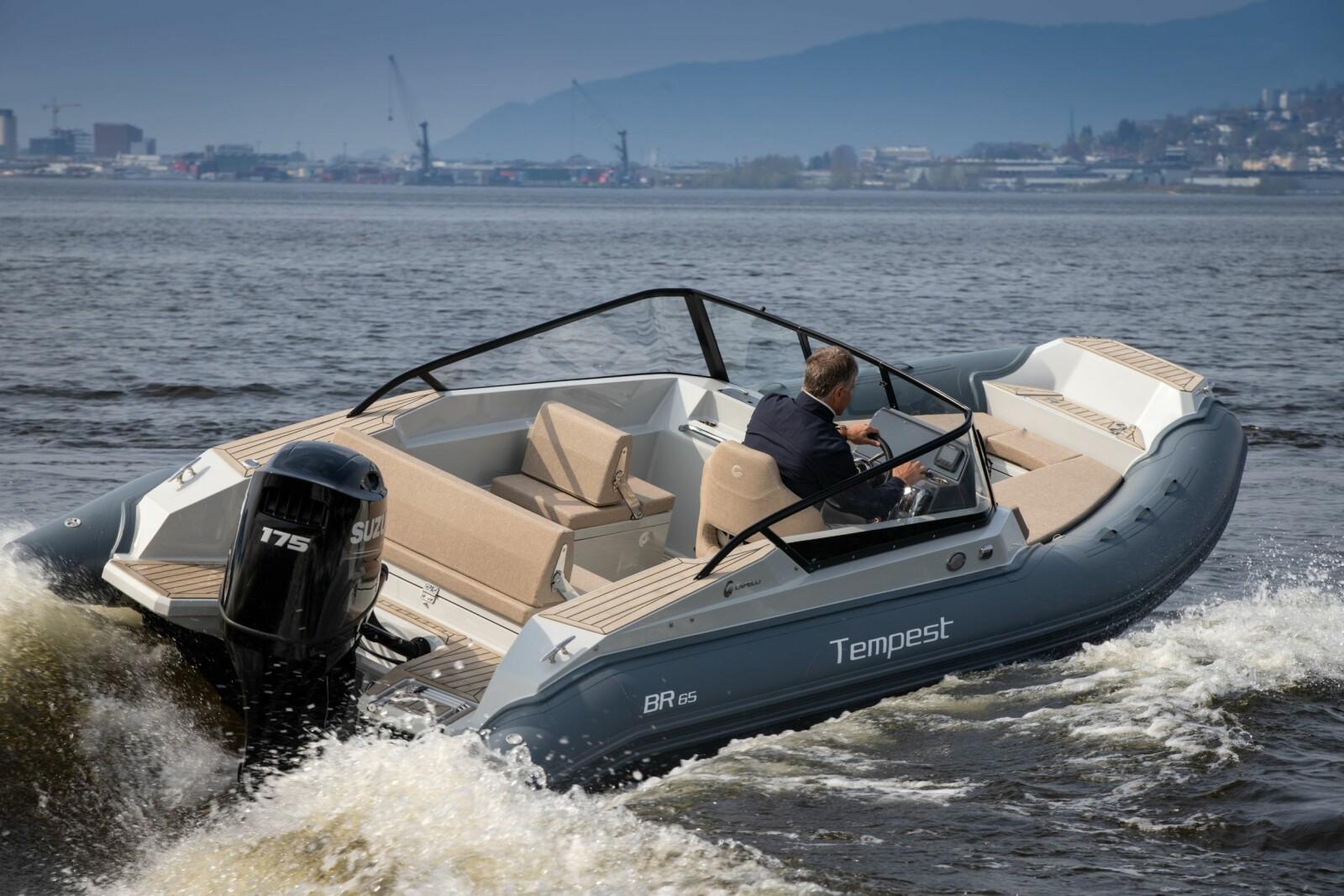 <b>KAN FORT BLI EN VANE:</b> Sportslige RIB-egenskaper kombinert med bowriderens komfort. Norske farger blir annerledes enn på testbåten: Hvit glassfiber, lys flexiteek med hvite nater, beige puter og mørkegrå farge på pongtonger.
