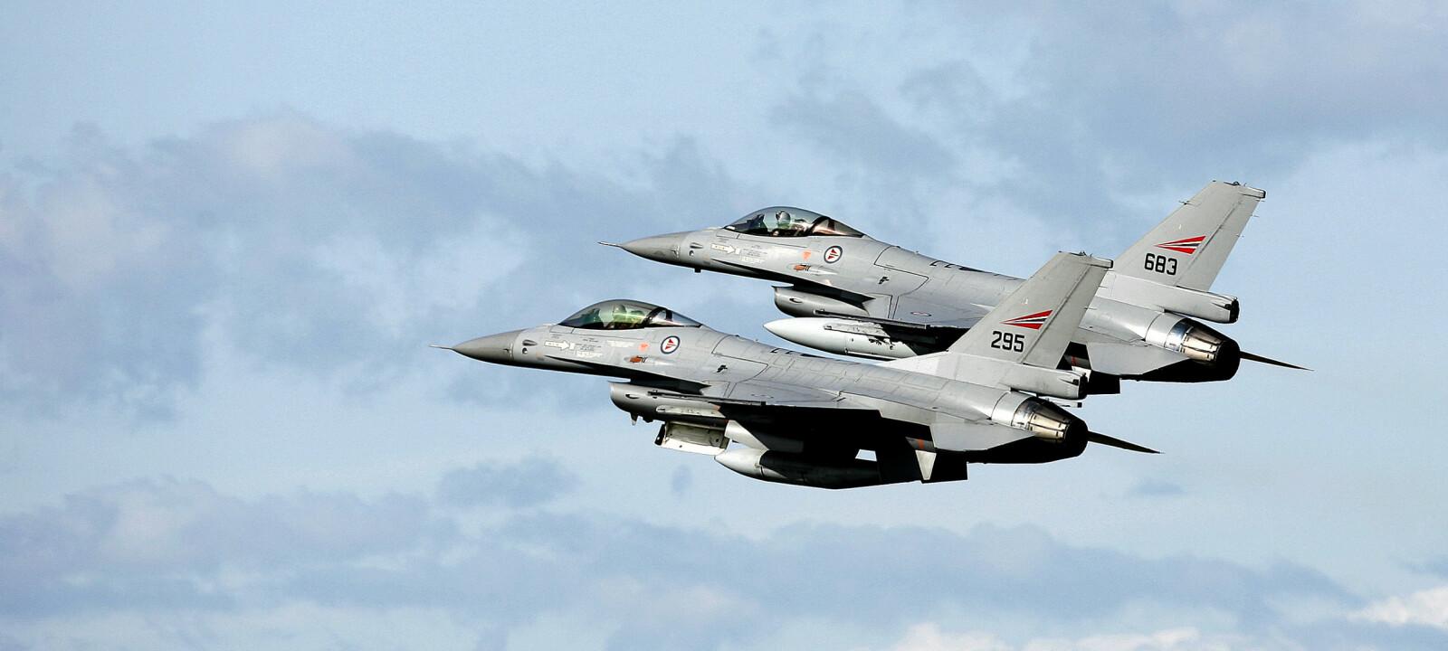 <b>PATRULJE:</b> Oppdraget til de norske jagerflyene som deltok i bombekampanjen mot Serbia, var å beskytte andre Nato-fly. Senere skvadronsjef på 717-skvadronen, Øivind Jervan (innfelt), var med under det første luftslaget.