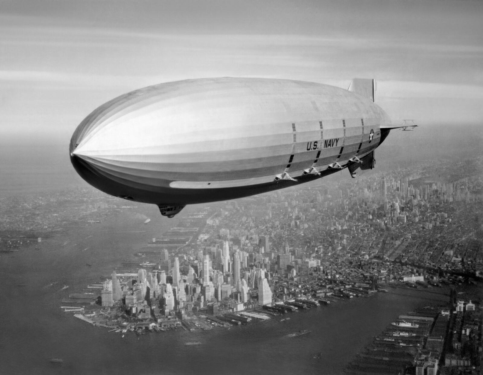 <b><SPAN CLASS=BOLD><STRONG>FLYVENDE HANGARSKIP:</b></strong></span>«Macon» i luften over New York. Heller ikke amerikanernes forsøk med luftskip på 30-tallet var vellykket. Vi husker alle hvordan det gikk med tyskernes forsøk, som endte med Hindenburg-katastrofen.
