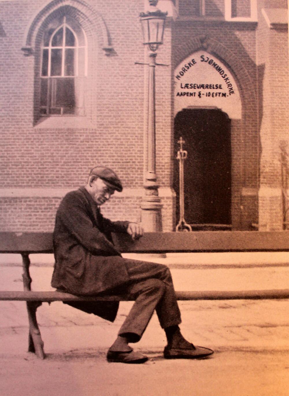 <b>SOSIALT PROBLEM:</b> En døddrukkenn norsk sjømann på benken foran den norske sjømannskirken i Antwerpen. Hundrevis havnet på gata i 1920-årene, og det var et enormt sosialt problem.