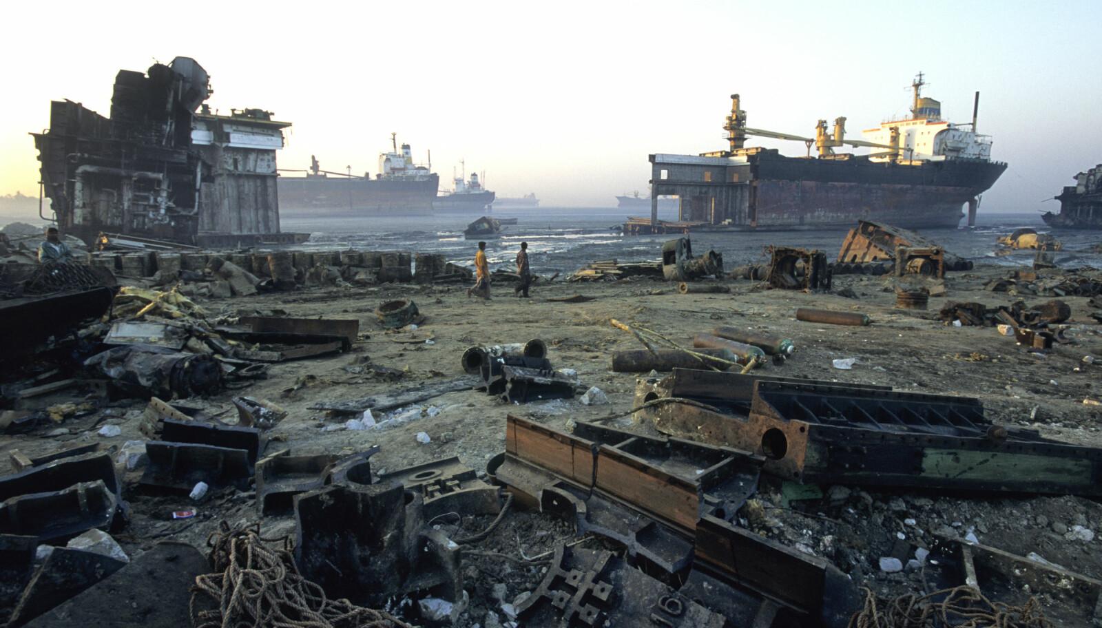<b>I BANGLADESH:</b> Fra skipsopphoggingsstranda i Chittagong, Bangladesh, hvor skrapmetall, asbest, bly og en rekke andre rester fra opphogde skip ligger strødd på stranda.