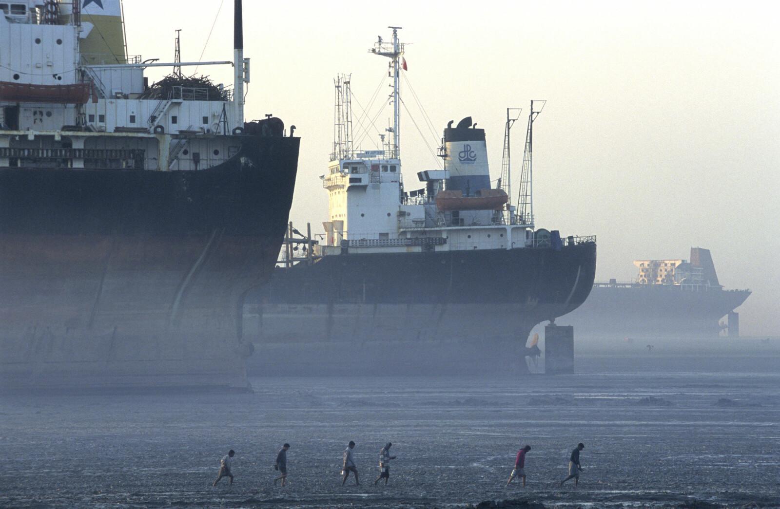 <b>TIL JOBB:</b> Det som gjorde størst inntrykk på meg da jeg besøkte skipsknuserne i Bangladesh, var arbeidere uten verken sko, hjelm eller noen som helst form for verneutstyr. Her er en arbeidsgjeng på vei ut til et av skipene om morgenen.
