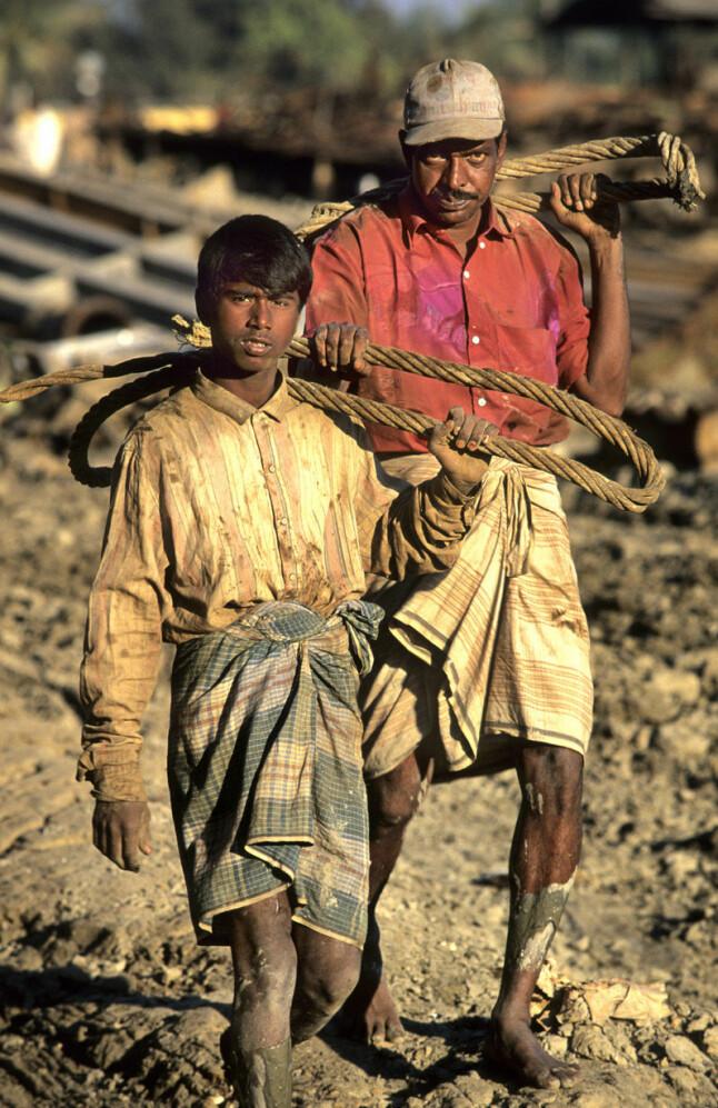 <b>BARNEARBEID:</b> Millioner av barn er engasjert i barnearbeid i India, mange av dem i jobber som karakteriseres som farlige. Verftene i Alang hevder at det ikke er barnearbeidere der. Dette bildet er imidlertid tatt på en skipsopphoggingsstrand i Bangladesh.