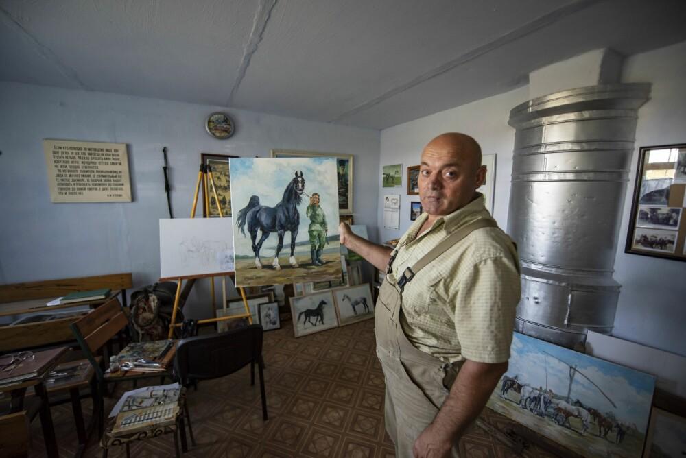 <b><SPAN CLASS=BOLD><STRONG>LIDENSKAP:</b></strong></span> Konstantins lidenskap er hester. Når han ikke er ute og steller dem, er han inne og maler dem.