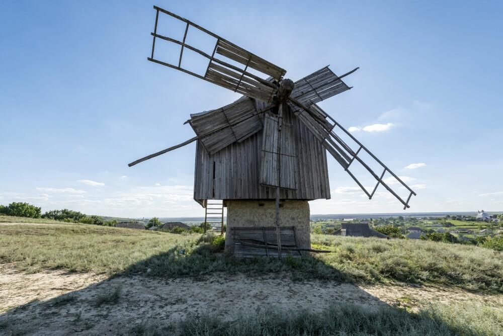 <b><SPAN CLASS=BOLD><STRONG>SPEKTAKULÆRT:</b></strong></span> Idyllen på landsbygda i Gagaus er overveldende. Og forfalne spor fra fortiden som denne vindmøllen, gjør det bare enda mer spektakulært.
