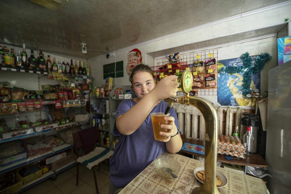 <b><SPAN CLASS=BOLD><STRONG>SKÅL:</b></strong></span> Sonja serverer fatøl til 10 000 moldovske lei (omtrent 5 kroner). Man sier ikke nei.