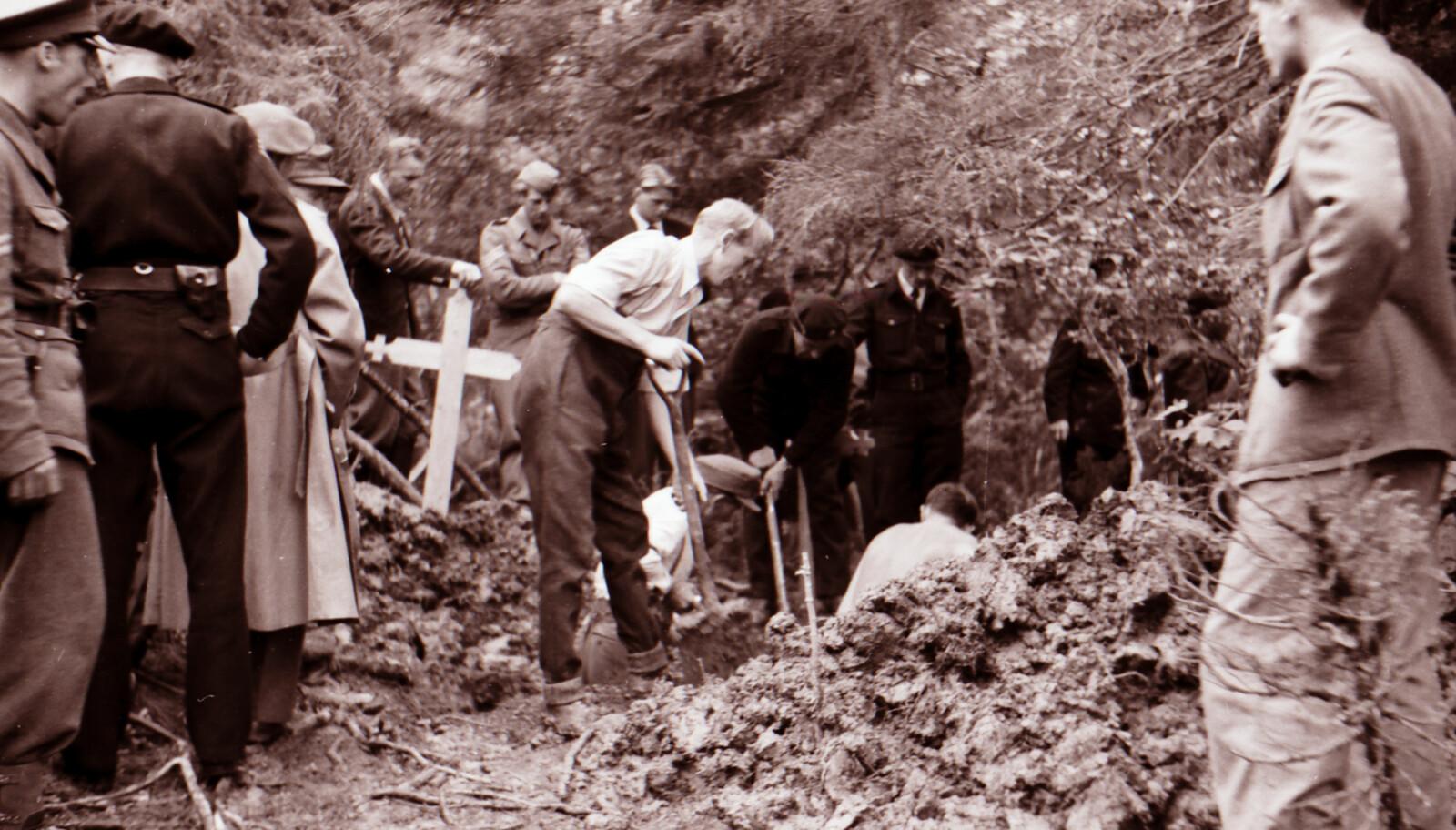 <b>ÅPNET GRAVENE: </b>Da krigen var over åpnet man de gravene man fant igjen i Falstadskogen, over 200 menn ble henrettet her.