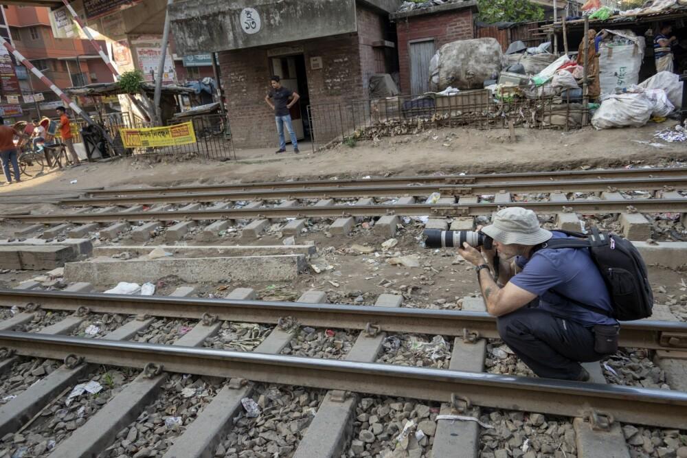 <b>PÅ JOBB: </b>Vi Menns Johnny Haglund har besøkt slummen i Dhaka i Bangladesh. Her lever og bor folk bokstavelig talt på togskinnene.
