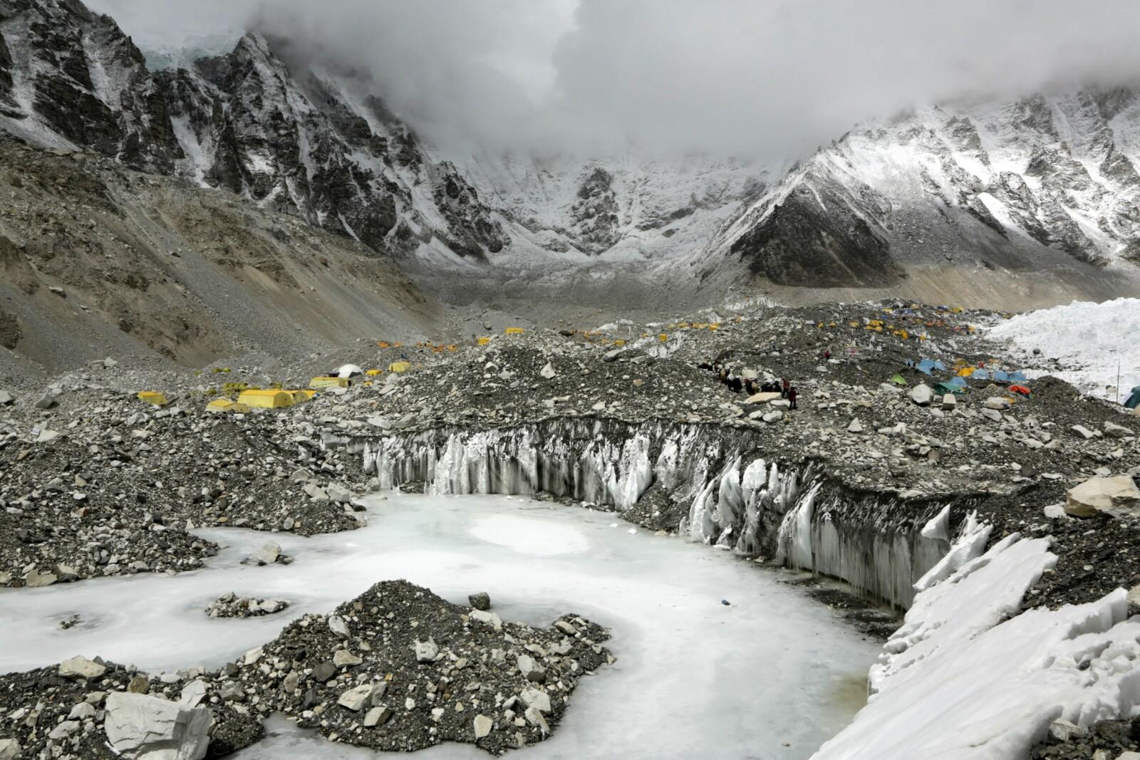 <b>SNØSTORM:</b> Mens uværet herjet på Mount Everest satt støtteapparatet her i Everest Base Camp og ventet på livstegn fra ekspedisjonen til Ron Hall (innfelt)