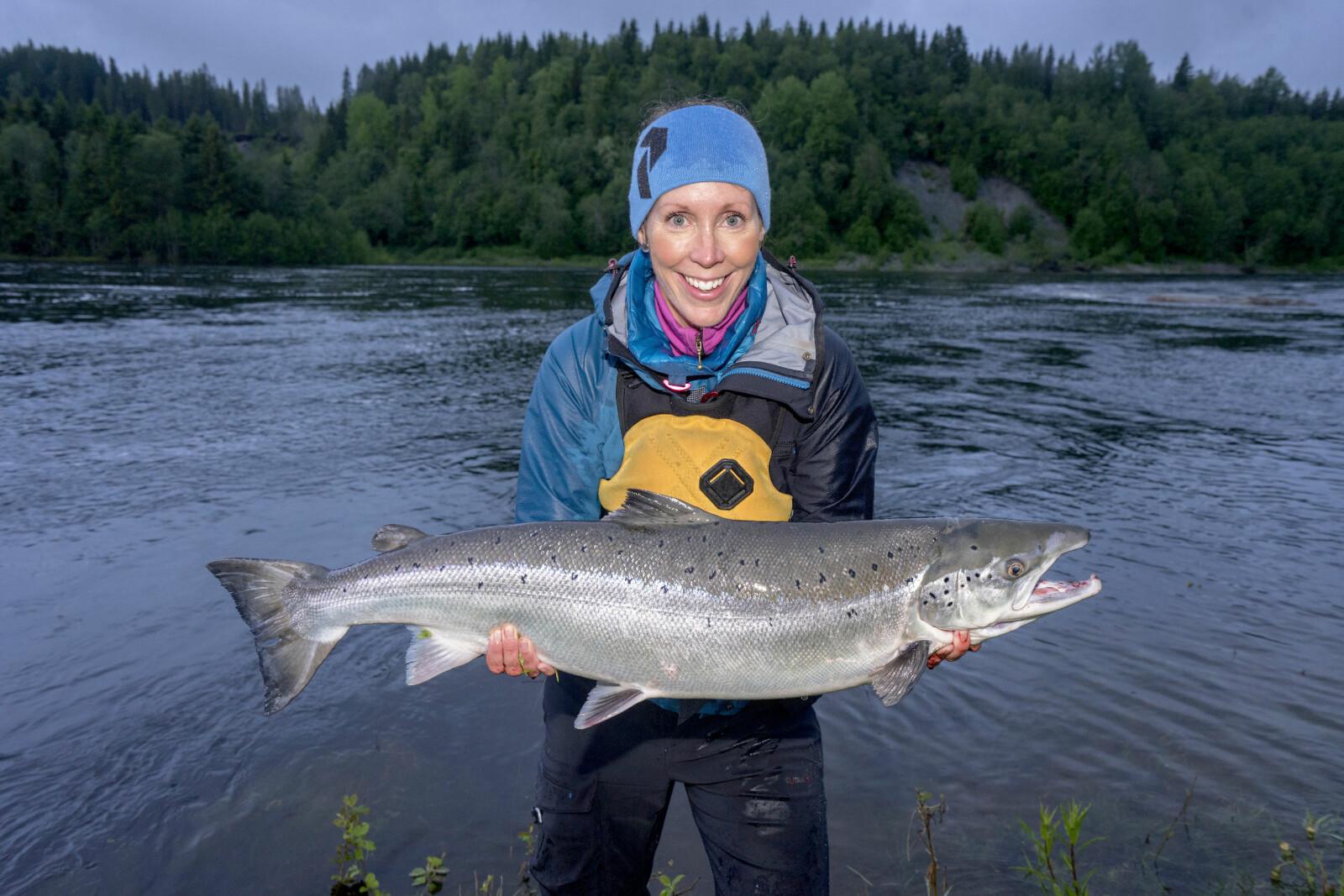 <b>FISKEGLEDE:</b> Anne Karen viser stolt fram sin aller første villaks på 7.9 kg – tatt under harlingfiske i Sanddøla.