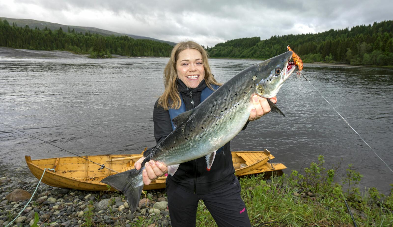 <b>WOBBLERLYKKE:</b> Christine klarte å lure sin aller første villaks på wobbler under harlingfiske i Sanddøla.