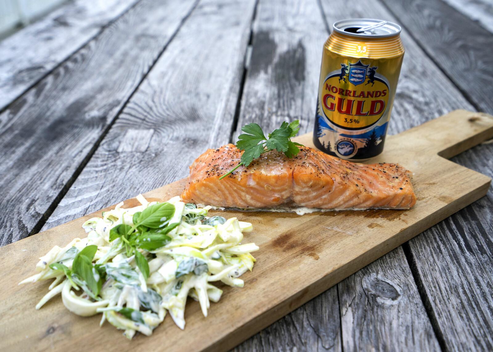 <b>FRA ELV TIL FJØL:</b> Anne Karen sin første villaks servert med coleslawsalat og kald pils.