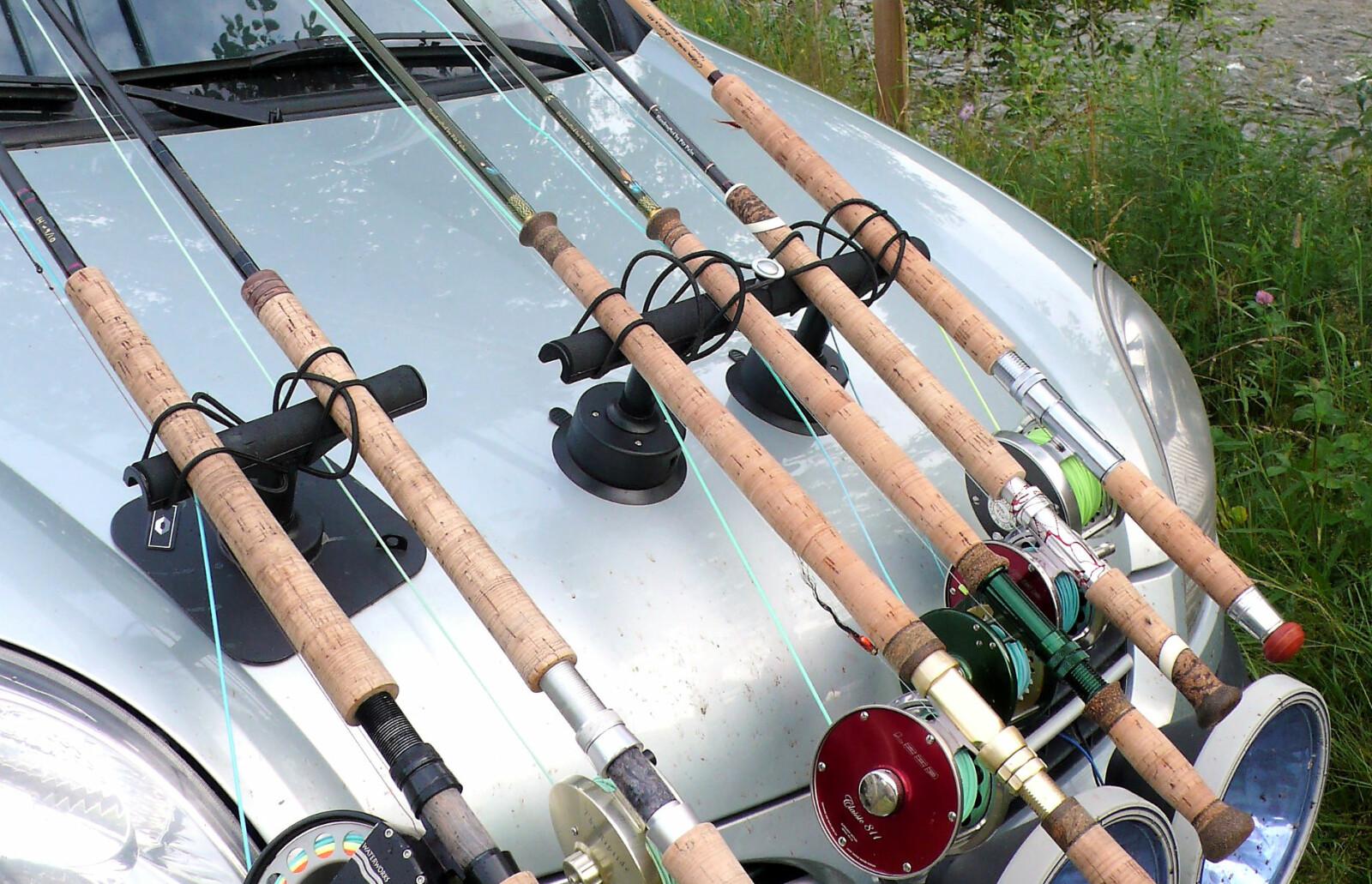 <b>NOK STENGER: </b>Disse laksefiskerne har i alle fall tatt med nok stenger.