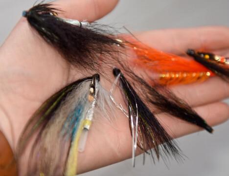FLUER: Pakk med fluer som passer til elvene du skal fiske i.