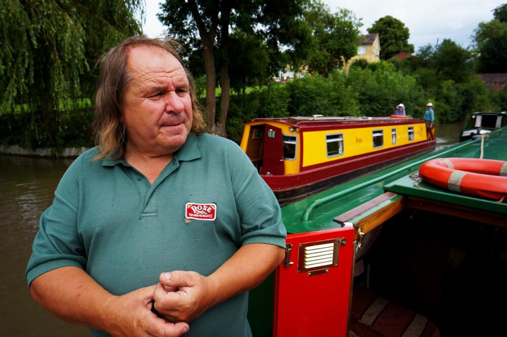 <b>EKSPERT:</b> Steve Brookes fra Rose Narrowboats ga oss en rask og god innføring i båten. Han og kona bor i egen kanalbåt året rundt.