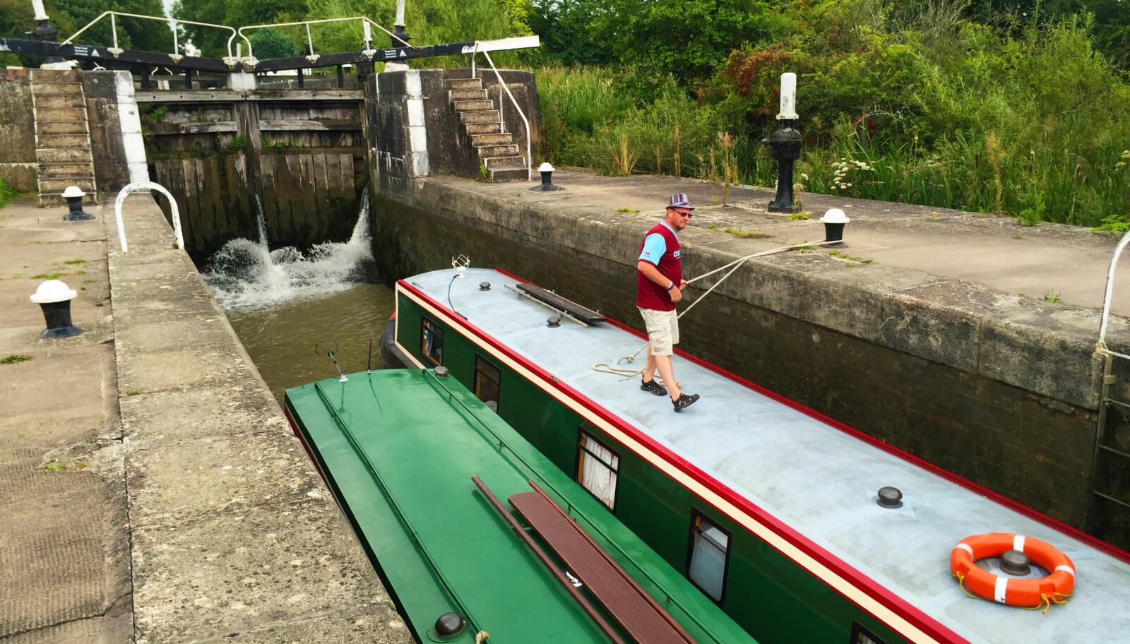 """<b>HI THERE:</b> I noen sluser er det plass til to båter, og da blir det gjerne litt hyggelig """"small talk""""."""