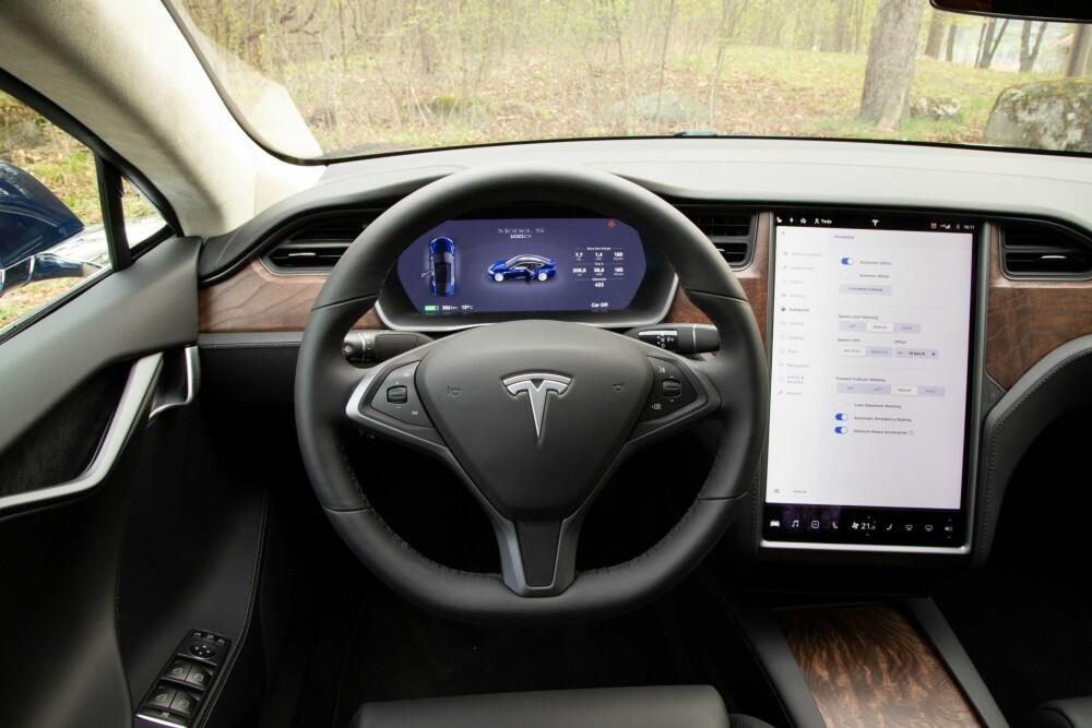 <b><SPAN CLASS=BOLD><STRONG>OVERSIKT:</b></strong></span> Man blir raskt vant til den svære skjermen i Tesla Model S.