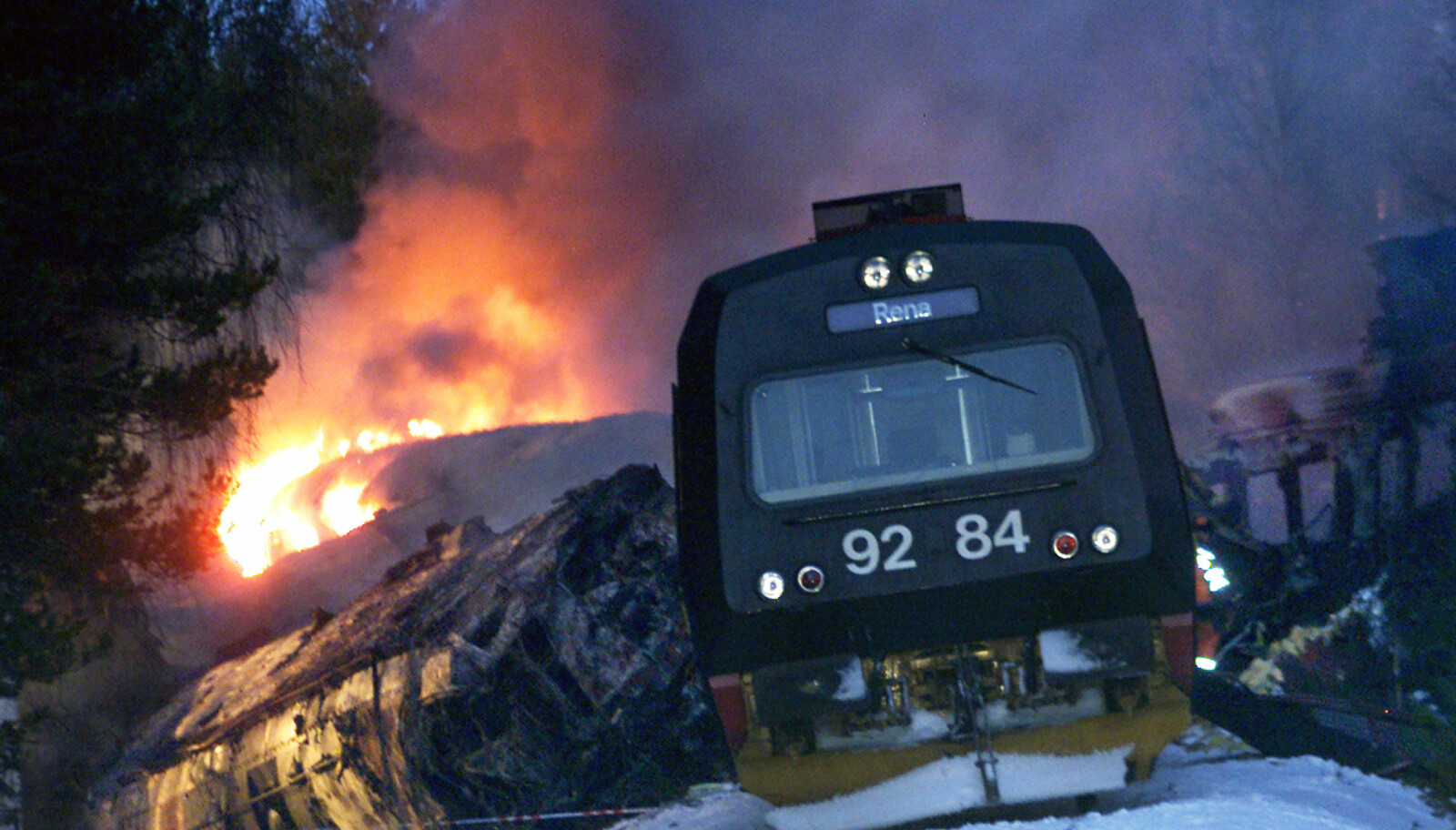 <b>ÅSTA-ULYKKEN:</b> 19 personer omkom, og togene sto i lys lue etter ulykken.