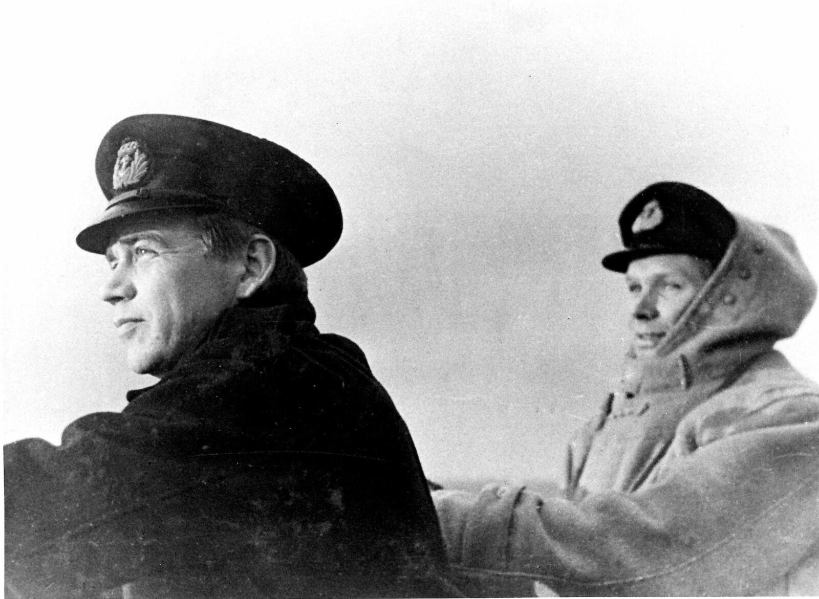 <b>MELLOM SLAGENE:</b> Skule Valentin Storheill (til venstre) på broen på jageren «Stord», Tore Holthe til høyre.