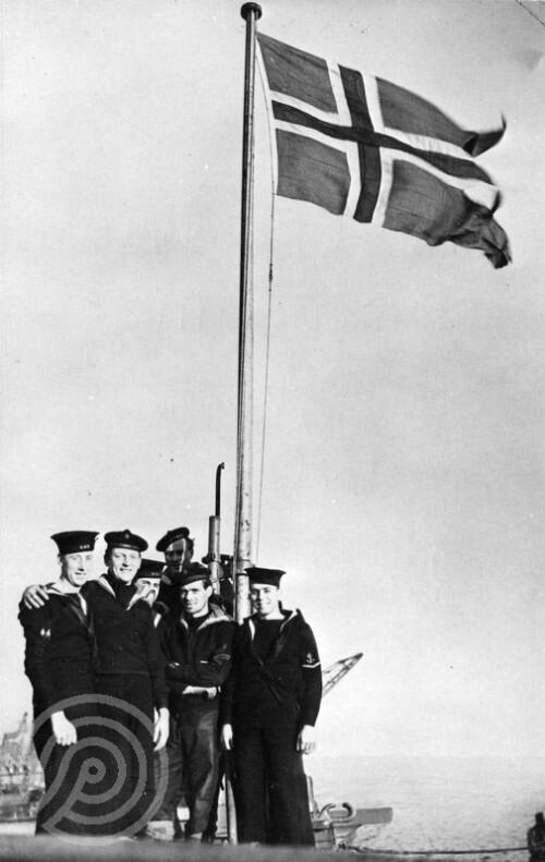 <b>FEIRET SENKING:</b> Et knippe av mannskapet på jageren «Stord» heiser flagget dagen etter senkingen av den tyske krysseren Scharnhorst ved Nordkapp.