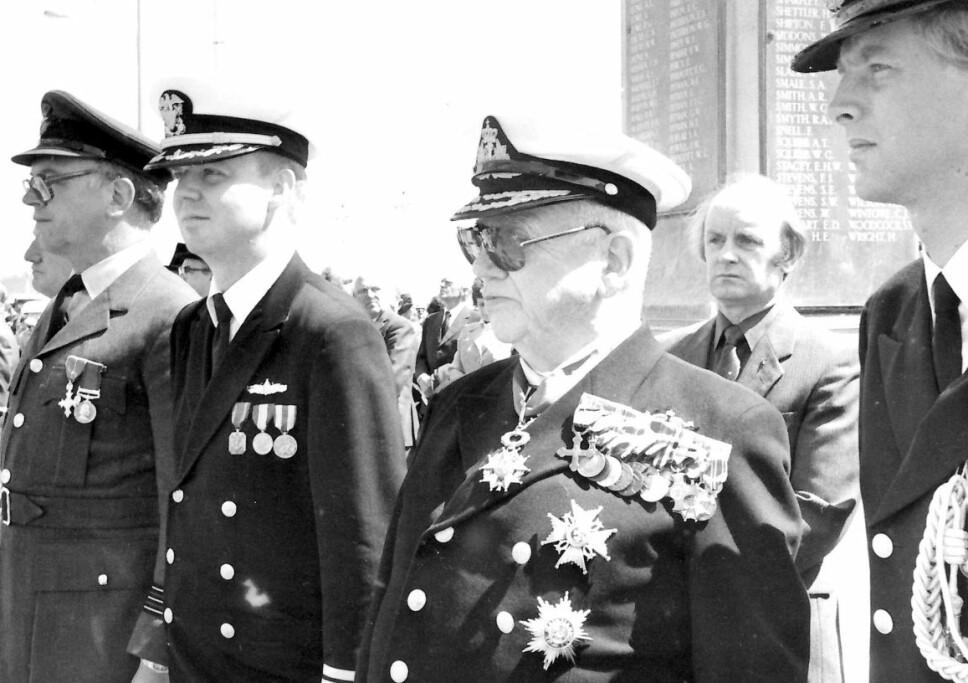 <b>HEDRET I INN- OG UTLAND:</b> Viseadmiral Storheill (nr. 3 fra venstre) ble æret med krigskorset med sverd i Norge, og andre utmerkelser fra en rekke land (se ramme).