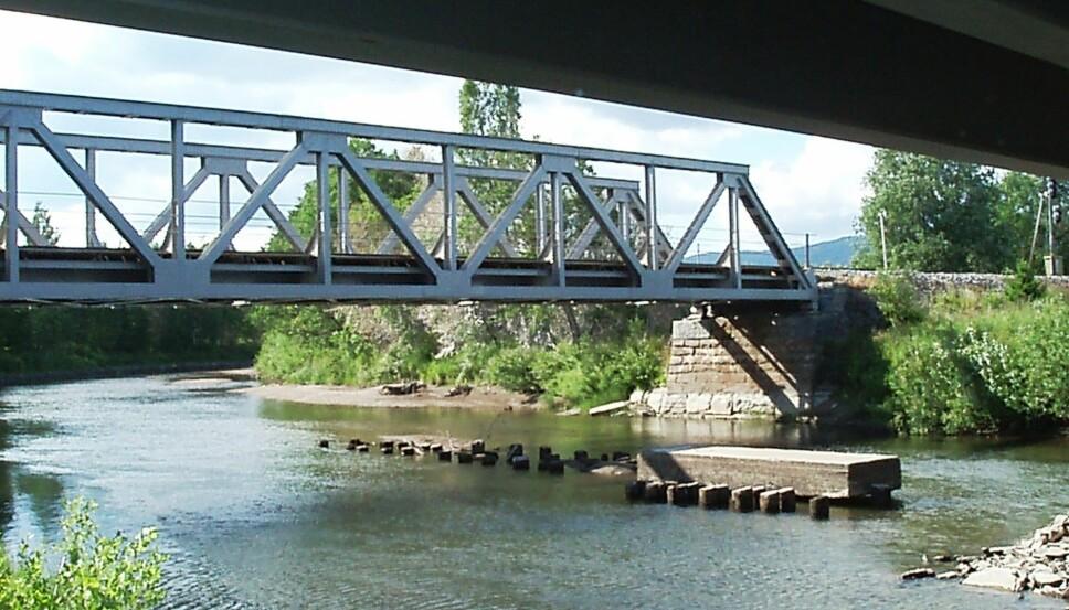 <b>NY BRO:</b> Norges verste togulykke, målt i antall liv, skjedde her ved Jørstad bro i Snåsa. Jernbanebroen var sprengt i en sabotasjeaksjon. 78 tyske soldater og to norske jernbaneansatte omkom da et togsett kjørte seg ned i elven.