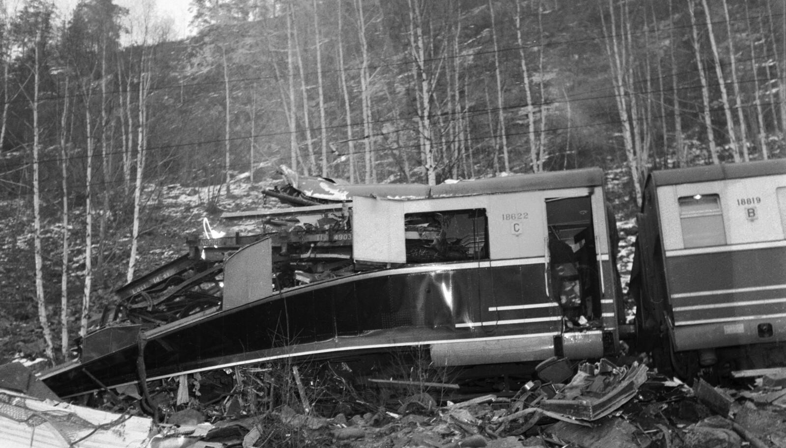 <b>HJUKSEBØ-ULYKKEN: </b>Sørlandsekspressen på vei fra Nordagutu kolliderte med fire godsvogner som uten lokomotiv og bremser raste ned den bratte hellingen fra Hjuksebø stasjon. 14 mennesker omkom og 9 ble skadet. Her fra ulykkesstedet, er opprydning