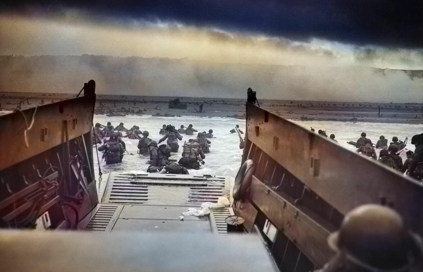 <b>INN I DØDENS GAP:</b> Den 20 år gamle kystvaktoffiseren Robert F. Sargent tok dette ikoniske bildet fra et av landgangsfartøyeneved Omaha Beach på D-dagen.