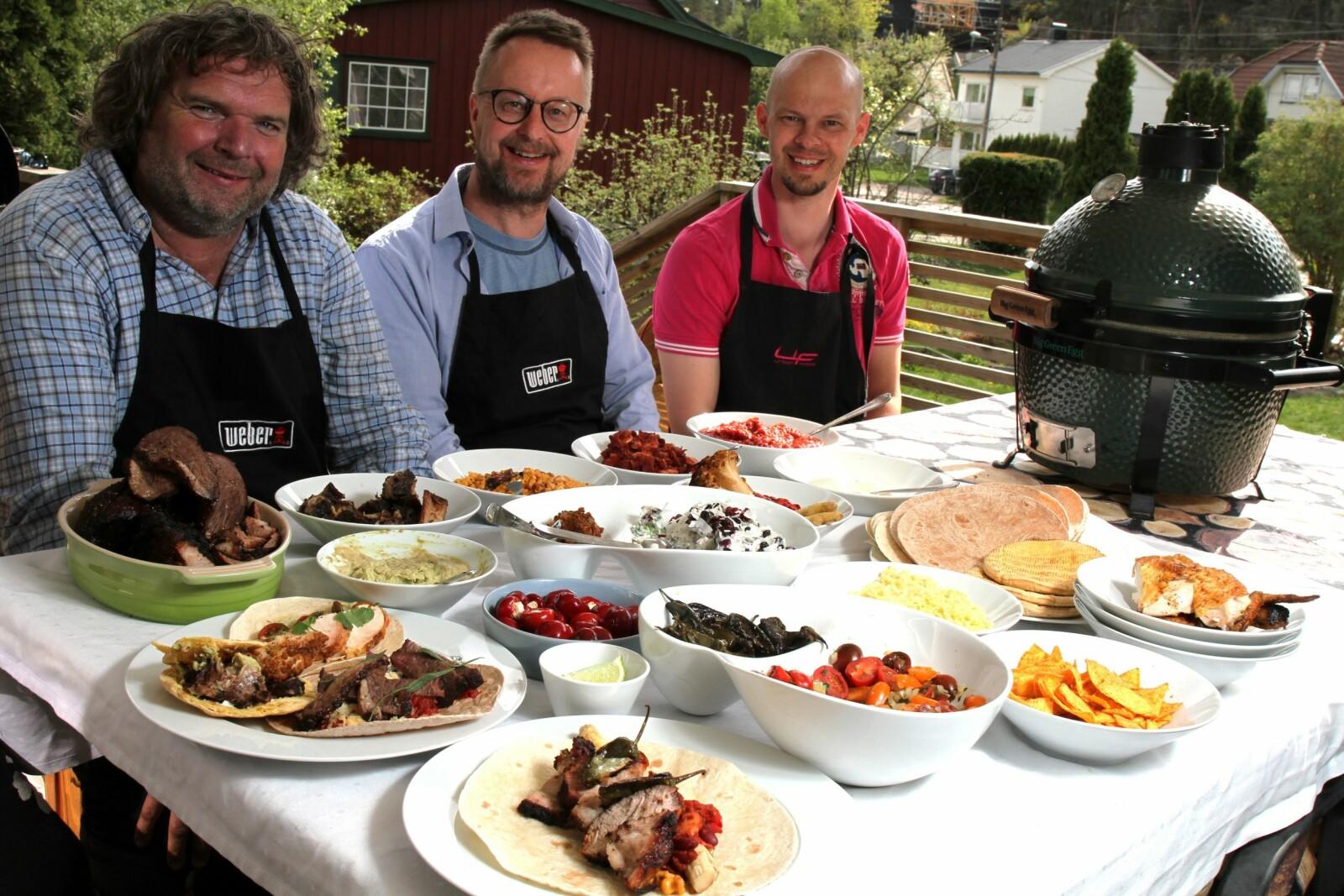 <b>BÅRD OG <BR/>DE BLIDE HJELPERNE:</b> Bård (fra venstre), Sigurd Sollien og Sondre Barlien signerte tidenes tacobuffé på Kråkerøy. <br/>Bård sto muligens for mesteparten av jobben.