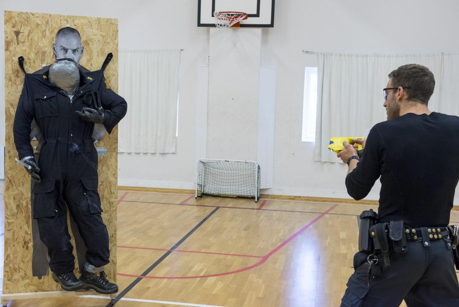 <b>TASER:</b> Å «tase» kan bli neste års nyord når 500 norske politifolk skal bruke elektrosjokkpistol i tjenesten.