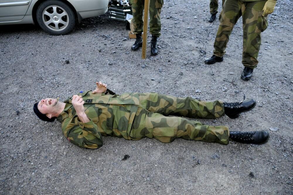 <b><SPAN CLASS=BOLD><STRONG>LAMMER NERVE-SYSTEMET:</b></strong></span> Vi Menn var til stede da Forsvaret testet ut virkningen av Taser-pistol på frivillige soldater i 2010. – Jeg kjente bare et intenst ønske om å slippe mer smerte, fortalte løytnant Klaus Trapp mens pulsen roet seg etterpå.