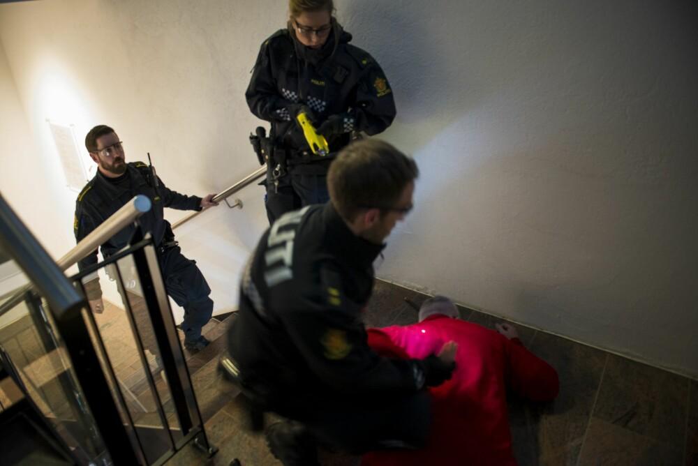 <b><SPAN CLASS=BOLD><STRONG>EFFEKTIV:</b></strong></span> En 100 kilos motstander blir raskt avvæpnet <br/>i trappeoppgangen ved hjelp av elektrosjokkpistolen.