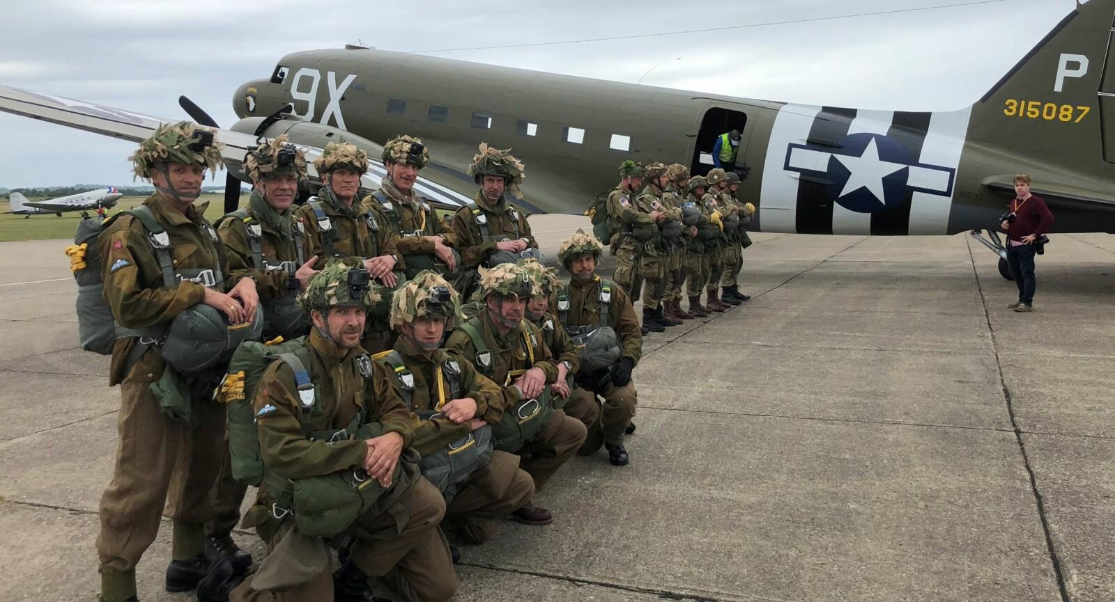 <b><SPAN CLASS=BOLD><STRONG>FØR AVGANG:</b></strong></span> For 75 år siden hadde nok ingen GoPro, men uniformene er av samme type som ble brukt i 1944.