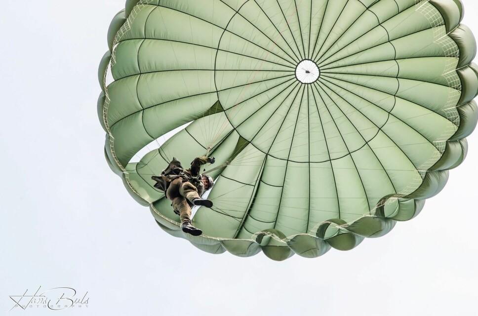 <b>FORTROPPER:</b> I 1944 ble de første fallskjermsoldatene sluppet ned bak tyskernes linjer alt på kvelden 5. juni.