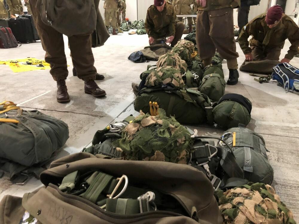 <b><SPAN CLASS=BOLD><STRONG>MYE UTSTYR:</b></strong></span> Pakking og sjekk av utstyr er nødvendig både før og etter et hopp.