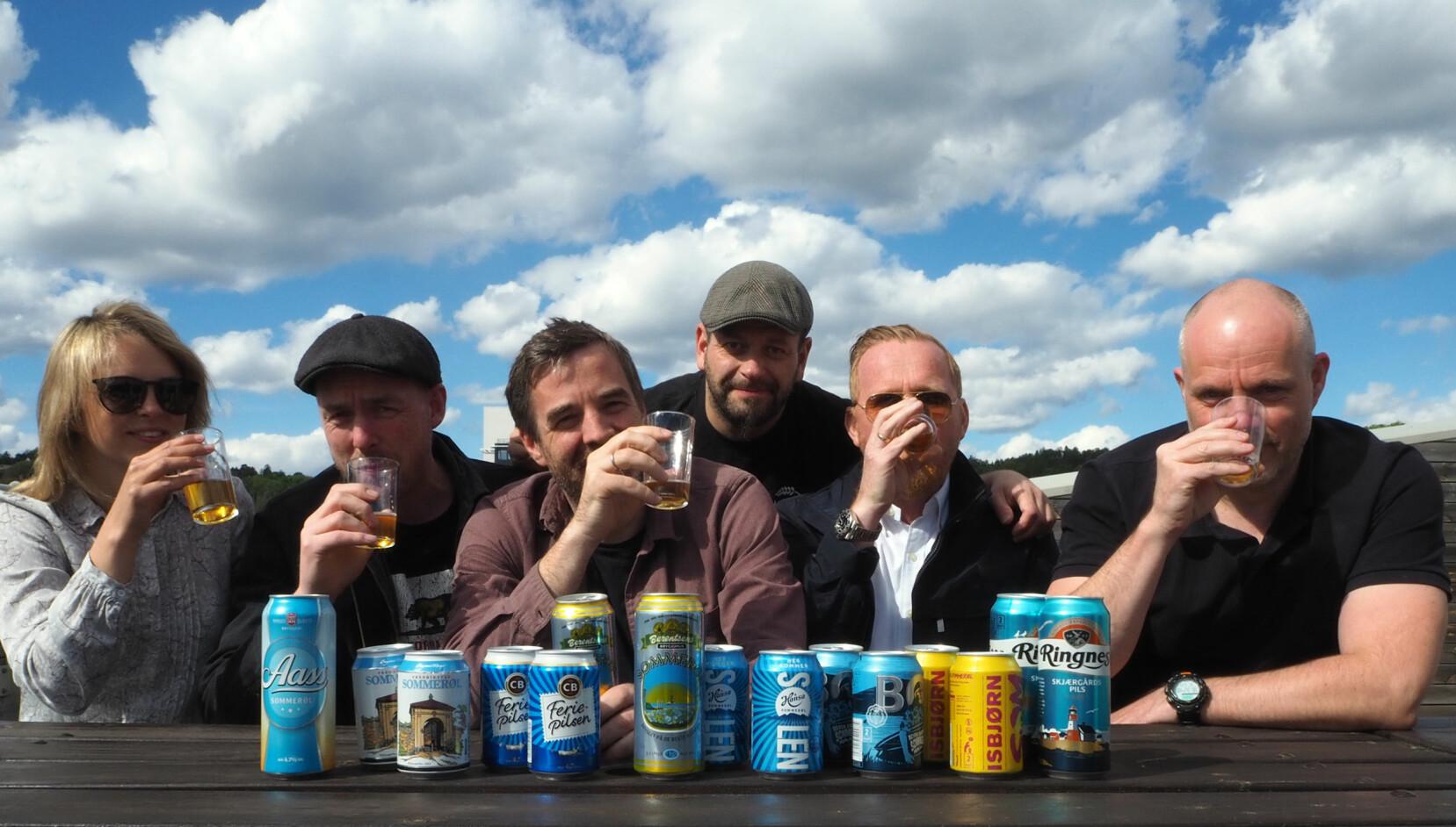 """<b>FØRSTE RUNDE:</b> Testpanelet drakk seg til slutt gjennom 55 øl i klassene vanlige sommerpils, syrlige øl, pale og åpen klasse. Fra Høyre: Martine, Aleksander, Mats, Lasse, Alex og Martin. """"Adrian"""" ville gjerne være anonym, mens Peter var fotograf."""