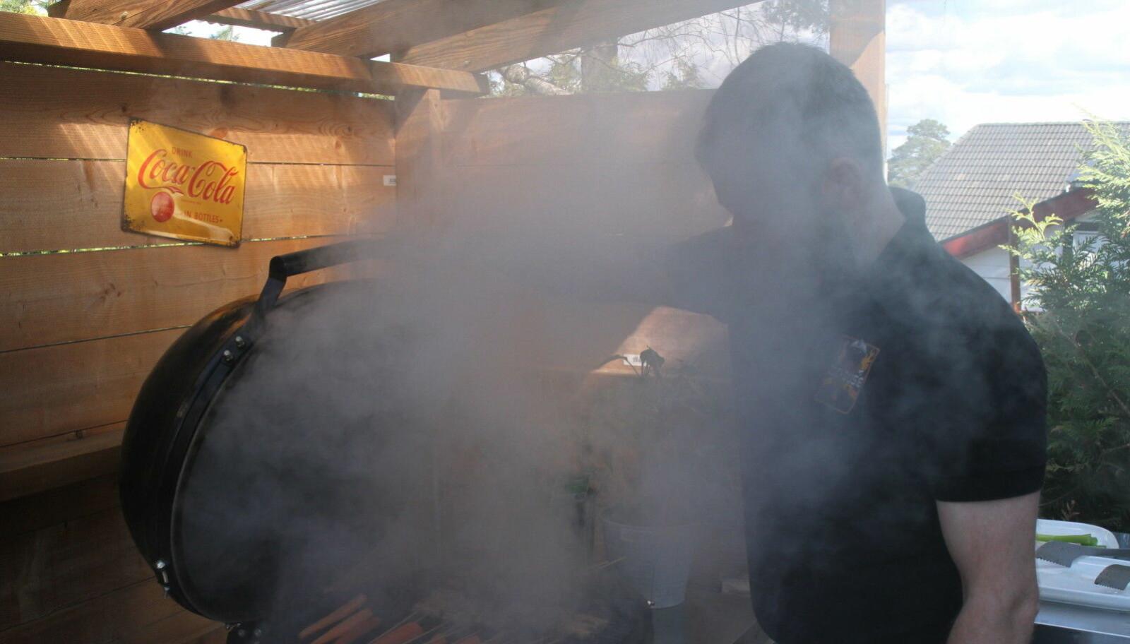 <b>BRUK LOKKET: </b>Jo, røyk er bra. Bruk lokket anbefaler grillentusiast Eirik Kittelsen.
