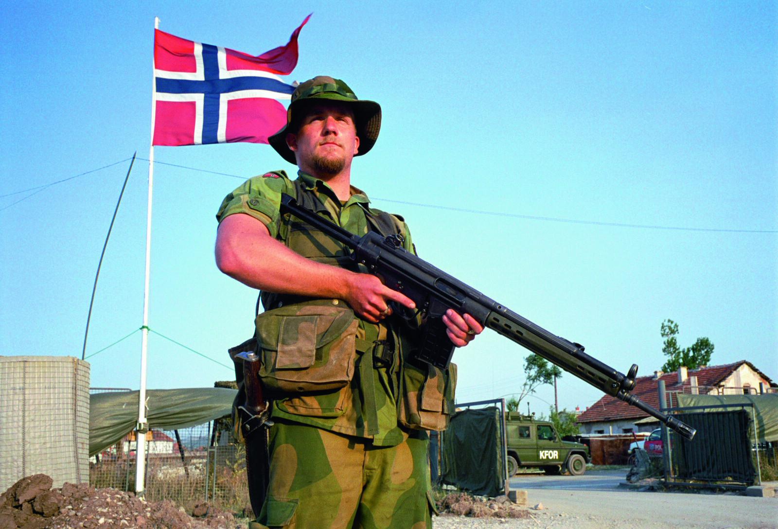 <b>ARBEIDSHEST: </b>En norsk KFOR-soldat på vakt med en AG3 utenfor Camp Midgard i Kosovo. AG3 gjorde tjeneste under alle slags klimatiske forhold fra Finnmarksvidda til Afghanistands ørken, samt Libanon, Balkan og Irak<b>.<br></b>