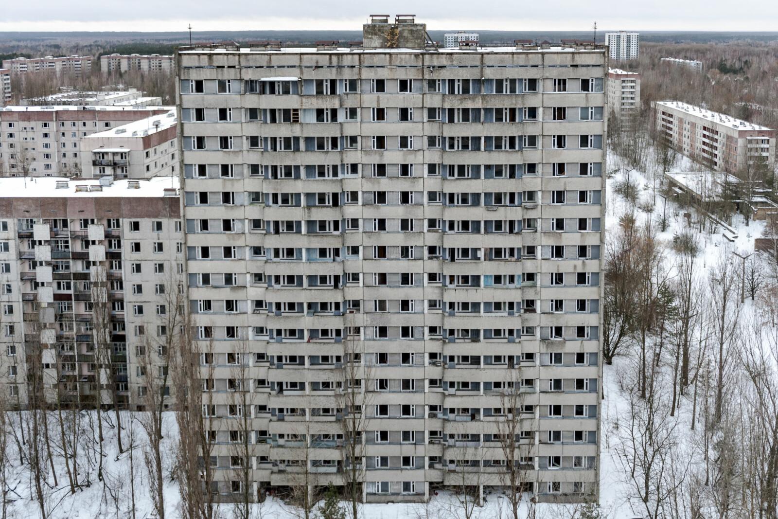 """<b>SPØKELSESBYEN PRIBYAT:</b> På en av bygningen står det skrevet """"La atomet være en arbeidstager, ikke en soldat"""". I alt 50 000 innbyggere ble evakuert fra byen."""