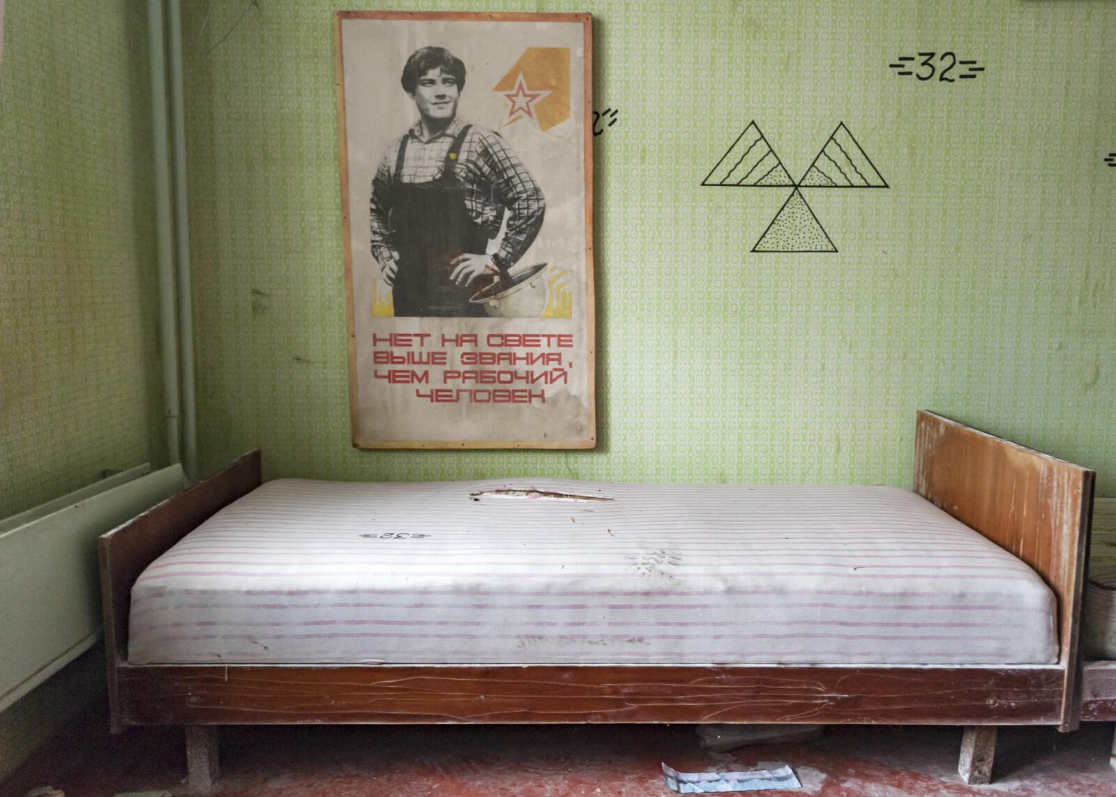 <b>PROPAGANDA:</b> Sovjetpropaganda inne i en blokkleilighet i Pribyat. Posteren er nyere og stammer fra mennesker som har bodd ulovlig i sonen. I dag bor ingen i Pribyat, men det er fortsatt omkring 300 mennesker som har nektet å forlate sikkerhetssonen.