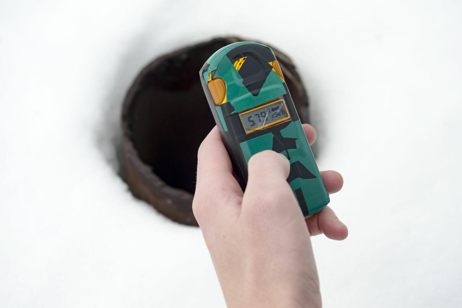 <b>SJEKK:</b> Selv om mesteparten av sikkerhetssonen man besøker har lav stråling, er det enkelte punkter med høyere radioaktivitet. Her viser strålingsdosimeteret 5,79 uSv/t. Det tilsvarer et røntgenbilde, men kan være farlig dersom en utsettes over lengre tid. Over 5 timers eksponering regnes som en dødelig dose.