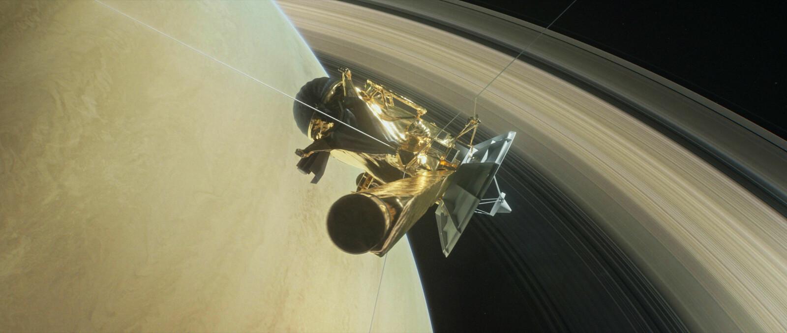 """Illustrasjon av Cassini i det den dukker ned mellom Saturn og dens innerste ringer. Dette ble romsondens """"Grand finale""""."""